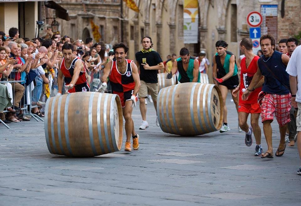Bravio delle Botti di Montepulciano, la sfida fra le contrade del borgo