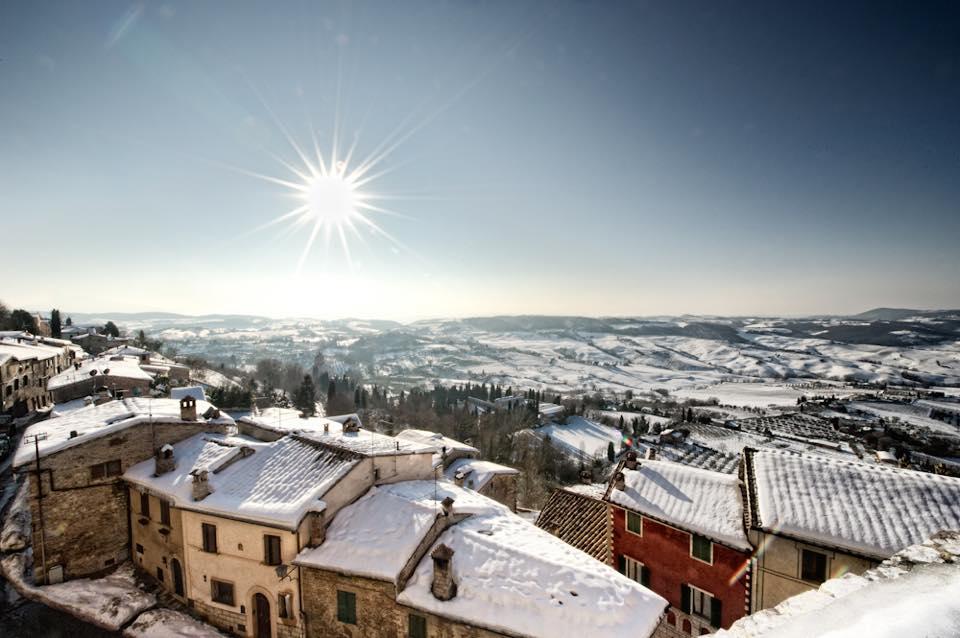 Val d'Orcia paesaggio innevato a Natale
