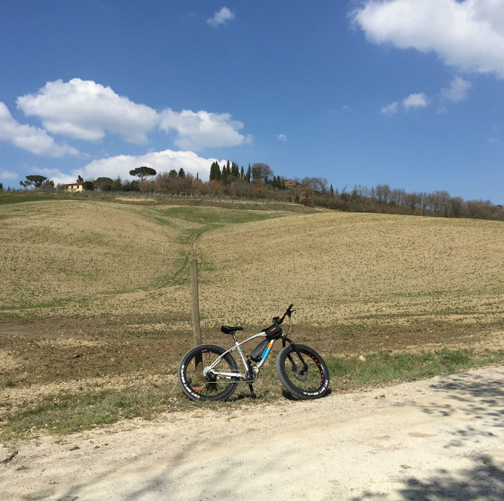 What are the recommended cycling routes in Val d'Orcia